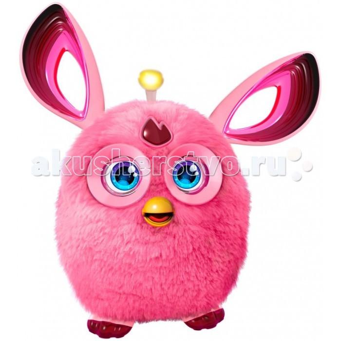 Интерактивная игрушка Furby КоннектКоннектИгрушка Ферби Коннект от Hasbro — это тот же веселый, хорошо знакомый детям Ферби, но в новом обличье и с новым интерактивным функционалом. От игрушек предыдущих серий обновленный Ферби Коннект отличают: цветные глаза и другая форма ушей; антенна на голове, которая загорается при обновлении музыкального и игрового контента в приложении Furby Connect World app; более 150 вариантов анимации глаз; несколько вариантов взаимодействий при синхронизации с приложением; вместо выключения игрушка реалистично засыпает, в том числе и при принудительном отключении (маска для сна идет в комплекте); память у Ферби теперь в 16 раз больше, чем у зверюшек предыдущих поколений; подключение к гаджетам на Android от 4.4 и iOS от 8.0 и выше реализовано через Bluetooth; плавные и бесшумные движения, так как в этой версии разработчики спрятали механизм движения внутри; более позитивный и мягкий характер без явно выраженных гневных ноток; издавая неприличные звуки, мило и деликатно извиняется.   Особенности интерактивной игрушки Furby Коннект Базовый словарный запас — 1000 самых употребимых слов. Из них игрушка составляет простые фразы, но может и запоминать новые слова, используя их в речи.   На российский рынок Hasbro поставляет бирюзовых, голубых, розовых и фиолетовых Furby Connect. Мех у них мягкий, нежный. В отличие от других игрушек с длинной меховой шубкой, Furby не линяют.   Работает Ферби от 4 пальчиковых батареек. Обычных щелочных хватает на сутки интенсивной игры. Практика показывает, что аккумуляторные батареи более экономичны — их хватает на 1-2 недели игры. Купите два комплекта, чтобы один заряжался, а второй работал. Дополнительно снизить энергопотребление помогает регулярное обновление и подключение интерактивного питомца к приложению.<br>