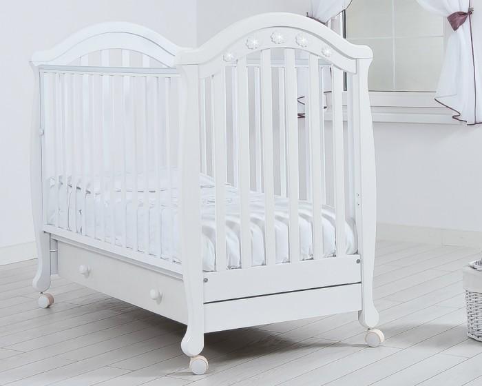 Детская кроватка Гандылян ДжозеппеДжозеппеДетская кроватка Гандылян Джозеппе   Практичная и удобная детская кроватка Джозеппе станет украшением любого интерьера, подарит малышу здоровый и крепкий сон и будет незаменимым помощником в ежедневном уходе за ребенком.  Особенности: Колеса для удобства перемещения (съемные, с возможностью фиксации) Выдвижной ящик для белья Аппликация со стразами Древесина обработана экологически чистым лаком Отсутствуют острые углы (есть силиконовые накладки) Боковое ограждение оснащено замком и регулировкой высоты Два уровня ложа по высоте<br>