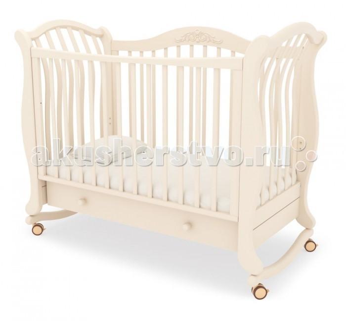 Детская кроватка Гандылян Габриэлла люкс качалкаГабриэлла люкс качалкаДетская кроватка Гандылян Габриэлла люкс качалка имеет дуги-полозья для раскачивания и две пары колес на ножках, что облегчает ее перемещение в комнатном пространстве.  Мягкие, плавные линии и воздушный абрис кроватки вместе с теплым оттенком наполнит детскую комнату невероятной нежностью и легкостью, уютом и покоем. Кроватка «Габриэлла люкс» — это VIP-ложе для маленького ангела.  Материал: массив кавказского бука. Центр тяжести детской кроватки сбалансирован таким образом, что максимальная амплитуда раскачивания безопасна для ребенка. Высокоглянцевое покрытие поверхностей кроватки защищает кожу малыша от травмирования. Используемый для покрытия лак имеет водорастворимую основу и безопасен для детей. Прозрачность лака подчеркивает уникальную фактуру буковой древесины.  Опускающаяся передняя стенка облегчает контакт матери с ребенком и имеет надежный механизм фиксации.  Дно кроватки может быть установлено в двух положениях по высоте. Вместительный ящик для белья в основании выполнен из ламинированного ДСП и снабжен шариковыми направляющими.<br>