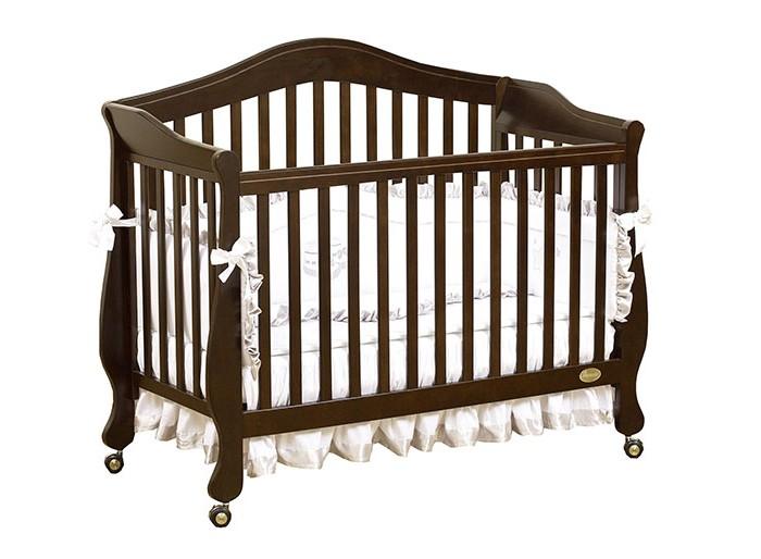Детская кроватка Giovanni Belcanto LuxBelcanto LuxДетская кроватка Giovanni Belcanto Lux - не только красивый, но и практичный элемент интерьера.Благодаря тому, что у неё три положения матраса по высоте, она может использоваться с рождения малыша и до тех пор, пока ребенку не исполнится 5-6 лет.   Когда малыш начнет ходить, можно будет убрать стенку и вместо неё поставить бортики, которые не дадут малышу упасть во сне и в тоже время озволят ему забираться в кроватку самостоятельно. Для малыша постарше бортики можно убрать, тем самым превратив кроватку в симпатичный диванчик. Изготовленная из новозеландской сосны, она прослужит Вам очень долго, сон ребенка в ней будет здоровым и спокойным.  Особенности: 3 уровня основания для матраса 2 ограничительных бортика - в комплекте Самоориентирующиеся колеса с блокировкой Трансформируется в диванчик Материал – массив экологически чистой новозеландской сосны. Древесина отличается эластичностью, отсутствием сучков, глубиной и красотой структуры дерева<br>