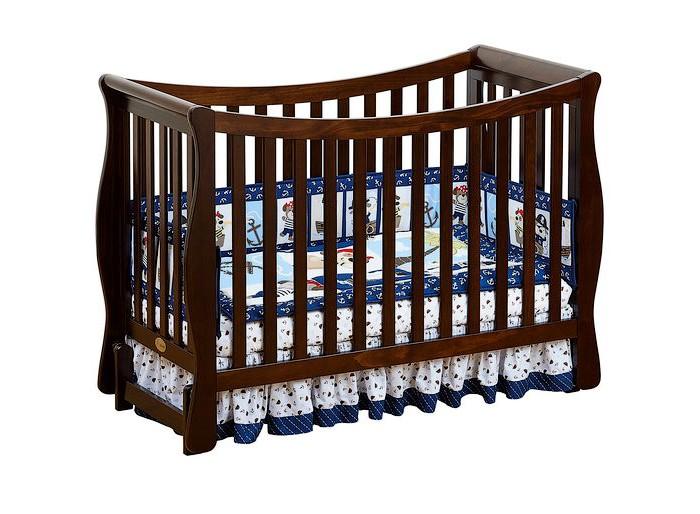 Детская кроватка Giovanni Fresco продольный маятникFresco продольный маятникДетская кроватка Giovanni Fresco продольный маятник   Нежные тона кроватки отлично впишутся в интерьер детской или родительской комнаты. Детская кроватка трансформирующаяся в диванчик, долго прослужит вашему малышу.  Особенности: Легкость и изящность.  Округлая, грациозно изогнутая форма задней стенки, отсутствие острых углов и плавные линии, переходящие из одной в другую – отличительные особенности этой модели. Кроватка выполнена по принципу трансформации 3 в 1.  Высота основания матраса варьируется в 3-х уровнях.  При положении основания на самом верхнем уровне – вариант использования для новорожденных. Затем, когда Ваш ребенок начал ходить, установка дополнительного защитного бортика позволит уберечь его от падений во время сна, и в то же время, он сможет самостоятельно залезть и слезть с кровати.  Когда Ваш ребенок подрос, кроватка может оставаться в игровой и использоваться как диванчик.  Все это позволяет увеличить срок использования детской кроватки с рождения до 5-7 лет.  Для матраса 120х60 см  3 уровня основания для матраса  2 ограничительных бортика - в комплекте  Трансформируется в диванчик  Материал – массив экологически чистой новозеландской сосны. Древесина отличается эластичностью, отсутствием сучков, глубиной и красотой структуры дерева.<br>