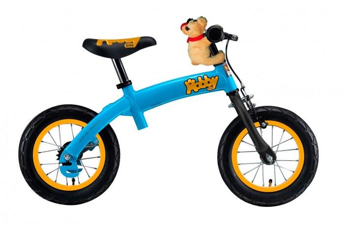 Беговел Hobby-bike RT original ALURT original ALUБеговел Hobby-bike RT original ALU, созданный по немецким технологиям, удивит Вас своими особенностями. Вы оцените высокое европейское качество, инновации и функционал.  Особенности: Это первый беговел-велосипед, заменяющий 3-х колесный и 2-х колесный велосипед с боковыми поддерживающими колесами, велобалансир+велосипед с алюминиевой рамой.  Благодаря уникальной запатентованной системе на велосипеде Hobby-bike научиться ездить сможет любой ребенок с 2-2,5 лет! Без системы педалей, на велобалансире ребенку легче учиться удерживать равновесие и сохранять баланс. Без педалей ребенок быстрее и легче сможет понять как балансировать и сохранять равновесие. Без педалей ноги могут качаться свободно, но они готовы помешать падению. Без педалей ребенок быстро поймет, как управлять своим телом, а это позволит ему мыслить, самостоятельно принимать решения и развиваться.  Высота седла на самом низком уровне: 45 см. Дети от 2,5 лет с длиной ноги 40 см могут легко начинать кататься на беговеле.  После освоения беговела, Вы можете установить систему педалей и ребенок готов кататься на 2-х колесном велосипеде. С педалями, на 2-х колесном велосипеде ребенок развивается физически и укрепляет здоровье. С педалями он может ехать в дальние поездки и не уставать, преодолевать препятствия и не бояться упасть. Надувные резиновые колеса на алюминиевых ободах дают превосходную амортизацию и Ваш малыш не почувствует неровности дорог. Особенные резиновые шины высокого качества INNOVA с рисунком в виде боковых полосок и линий помогут при езде. Дождь, вода и грязь будут быстро и легко скатываться по боковым канавкам на шинах и колеса всегда будут оставаться сухими. В этом случае не нужны даже крылья на колеса, которые должны защищать от грязи и брызг.  Рисунок шин Hobby-bike продуман настолько, чтобы максимально исключать эту возможность.  Диаметр колеса 12.  На руле-ручной ободной тормоз переднего колеса. Разгоняясь, малыш всегда быстро сможет отр