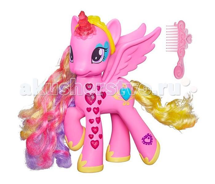 My Little Pony Hasbro Пони-модница Принцесса КаденсHasbro Пони-модница Принцесса КаденсMy Little Pony Hasbro Пони-модница Принцесса Каденс. Интерактивная игрушка от HASBRO (Хасбро) пони модница Принцесса Каденс придется по вкусу не только юным поклонницам популярного мультфильма Дружба – это чудо! (My Little Pony), но и девочкам, еще не успевшим познакомиться с удивительными героинями чарующей сказки о маленьких магических лошадках.  Внешний вид игрушки полностью повторяет любимого маленькими телезрительницами нарисованного персонажа. Розовая лошадка с разноцветной гривой украшена рубиновыми сердечками, кристальным рогом и золотой короной, ведь это не простая пони, а настоящая сказочная инфанта, управляющая Кристальной Империей и владеющая магией дружбы и любви!  На боку лошадки расположена кнопочка в виде голубого кристалла, которая включает звуковые и световые эффекты – маленькая принцесса пони умеет произносить фразы из мультфильма (на русском языке!), а рог и копыта лошадки подсвечиваются!  В комплект с игрушкой входит маленькая расческа, с помощью которой можно ухаживать за шелковистой гривой и хвостом своей любимицы.<br>