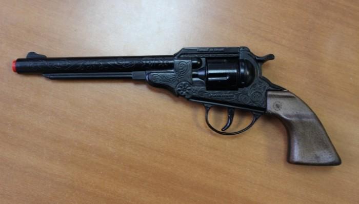 Игрушечное оружие Gonher Игрушка Ковбойский револьвер (черный) 88/6 игровой набор gonher ковбойский 2 револьвера на 8 пистонов 2 кобуры звезда шерифа 158 0