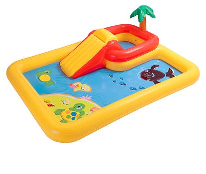 Бассейн Intex Игровой центр Океан с распылителемИгровой центр Океан с распылителемНадувной детский игровой центр IntexОкеан представляет собой надувной мини-бассейн с переставной горкой вбольшом одноборномбассейне. Игровой центр предназначен для активных детей возрастомот 3 до 6 лет. Игровой центр представляет собой надувную конструкцию - мягкую и безопасную. Если к игровому центру подключить обычный садовый шланг, то получится бассейн с фонтанчиками. Размер:254 х196 х79 см  Вес брутто: 6.89 кг В комплекте: бассейна с надувной горкой и пальмой, надувные игрушки (кит, черепашка, коралл для колец).<br>