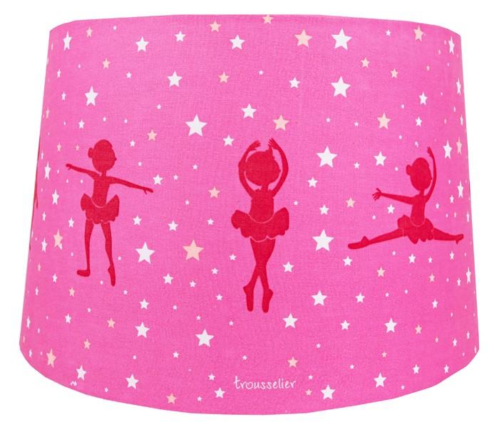 Светильник Trousselier Абажур Ballerina Pink 34х22 смАбажур Ballerina Pink 34х22 смАбажур Ballerina Pink 34х22 см Trousselier - идеальный аксессуар для детской комнаты. Нежный свет и красочные картинки создадут атмосферу уюта, успокоят и убаюкают кроху.  Характеристики: Абажур послужит прекрасным дополнением и украшением детской комнаты Для потолочного крепления Подходит для большинства стандартных ламп Размер: 34 см x 22 см  Поставляется в подарочной упаковке Соответствует нормам безопасности: CE EN 60598-2-10  Французский бренд Trousselier вот уже более 40 лет создает уникальные коллекции детских игрушек, товаров для дома и интерьера. Вся продукция изготовлена из натуральных материалов с соблюдением высоких европейских стандартов качества.<br>