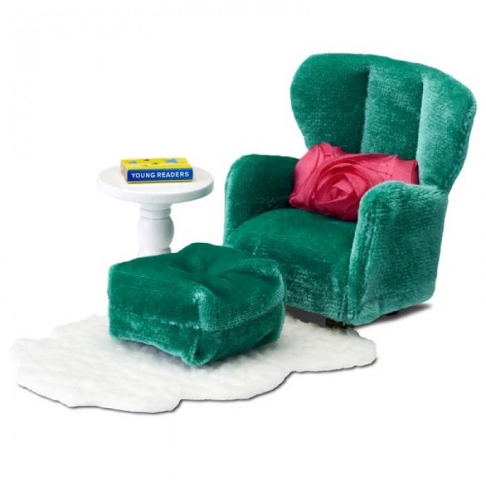 Lundby Смоланд Кресло с пуфикомСмоланд Кресло с пуфикомСмоланд Кресло с пуфиком - набор мягкой мебели благородного изумрудного цвета: диван и пуфик для ног.   В комплект входит белый журнальный стол, который имеет круглую форму и изящную ножку. А так же белый пушистый ковер с длинным ворсом, книга и ярко розовая декоративная подушка с розами.  Все элементы набора выполнены в масштабе 1:18.<br>
