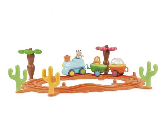 Smoby Cotoons Музыкальная железная дорогаCotoons Музыкальная железная дорогаКрасочная железная дорога от Smoby и персонажи Cotoons, которые представлены веселой зеброй и добрым львенком, непременно порадуют вашего малыша.   Паровозик со зверюшками двигается по железной дороге в такт музыке, а они подтанцовывают. Ведет состав зебра, а львенок сидит в одном из двух вагончиков, а во втором находятся разноцветные шарики, забавно подскакивающие под мелодию. Музыкальная железная дорога заинтересует как мальчиков, так и девочек старше года.   Игровой набор выполнен из безопасной для детей гигиенической пластмассы, которая наделена такими свойствами, как высокая прочность и качество. Окрашена она безвредными, нетоксичными красками.   В комплект входят:  сборные рельсы,  съемные аксессуары, которые встречаются на пути друзьям-путешественникам (кактусы, деревце),  локомотив и 2 вагончика.   Состав можно разбирать, играя с вагончиками по отдельности, а также катать поезд по твердой поверхности пола или столика.  Во время движения паровоза, машинист зебра двигается вверх-вниз, а львенок крутится под музыку. В музыкальном поезде предусмотрены разные скорости и мелодии.  Размер игрушки: 70*18*56 см<br>