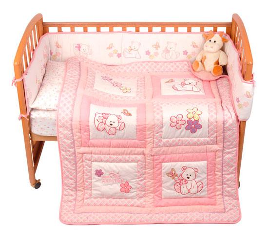 Комплект в кроватку Мир детства Белый мишка (5 предметов)Белый мишка (5 предметов)Комплект в кроватку Белый мишка выполнен из материалов высочайшего качества. Ткани гипоаллергенны, прочны, нежны и приятны на ощупь. Одеяло можно использовать в качестве игрального коврика! Состав: верх - 100% хлопок, низ - полиэстер. В комплекте:Подушка, наполненная полиэстером Одеяло на синтепоне, простеганное насквозь, с аппликацией и вышивкойПростыня на резинке 60 х 120 х 20 смНаволочка 40 х 60 смБампер с печатным рисунком и вышивкой 360 х 25 см<br>