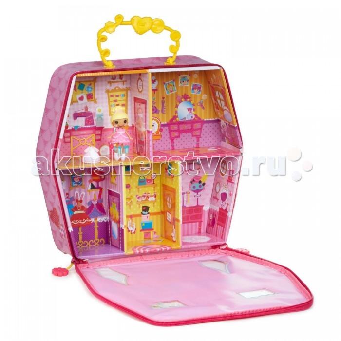 Lalaloopsy Игровой домик-переноска с куклой и аксессуарамиИгровой домик-переноска с куклой и аксессуарамиДомик-переноска с куклой Lalaloopsy Mini – это прекрасный выбор девочке с хорошим воображением. Этот игровой набор позволит придумать и разыграть интересные истории для милой куклы Lalaloopsy.  В наборе имеется домик-переноска, куколка Lalaloopsy Mini и разные аксессуары. Домик выглядит как чемоданчик, который легко брать с собой в поездку. Внутри домика вы найдете 5 разных комнат для куклы.   На стенах различные рисунки, изображающие интерьер.   Куколка Lalaloopsy выглядит мило, на нее надето платьице, а волосы собраны в красивую прическу. В комплекте есть и второе платье. Также в домик можно поместить и другие игрушки небольшого размера из коллекции девочки.<br>