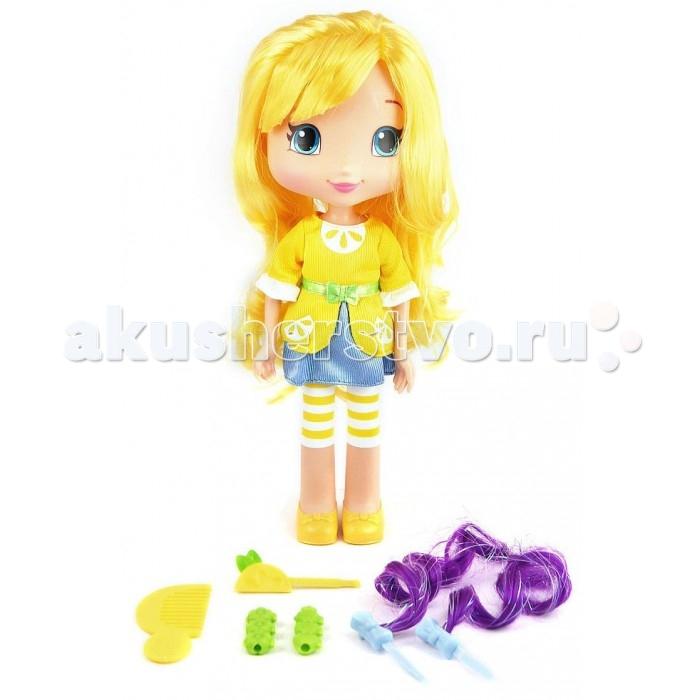 Strawberry Shortcake Кукла Лимона для моделирования причесок 28 смКукла Лимона для моделирования причесок 28 смЛимона - яркий персонаж из мультсериала Шарлотта Земляничка. Куколка Лимона - настоящая модница: она любит яркие цвета и экспериментирует со своим стилем и волосами.   Лимона имеет сгибающиеся ручки, а также красивые длинные волосы, которые легко превращаются в различные прически при помощи дополнительных аксессуаров, входящих в комплект - расчески, заколочки-лимона, шпилек с яркими прядками и 2 длинных заколок для локонов.  Девочка сможет ощутить себя настоящим парикмахером, для этого ей потребуется только воображение.   Кукла Земляничка сделана из пластика, а платье из качественного текстиля.  Ручки сгибаются в суставах, что расширит возможности при игре.<br>
