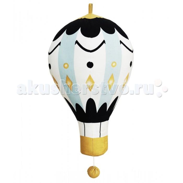 Подвесная игрушка Elodie Details Музыкальный мобиль Moon Balloon LargeМузыкальный мобиль Moon Balloon LargeМузыкальный мобиль «Moon Balloon» Elodie Details (большой)   Подвесной лунный воздушный шар Elodie Details убаюкает вашего ребенка приятной блюзовой мелодией и перенесет в волшебную страну снов. С ним процесс засыпания станет легче и приятнее. Игрушка украсит интерьер детской, а оригинальный дизайн вызовет положительные эмоции не только у малыша, но и у вас!  подвесной музыкальный мобиль 100% хлопок, наполнение – полиэстер длина: 47 см   Нагрудники, клипсы для пустышек, бутылочки, сумки для мам, одеяла – все это необходимые вещи повседневной жизни мамы и ребенка. Шведская компания Elodie detalis делает эти предметы уникальными и неповторимыми. Превосходное качество, стиль и практичность сделали компанию популярной во всем мире.   Elodie Details - это способ сделать повседневную жизнь более красивой и веселой!<br>