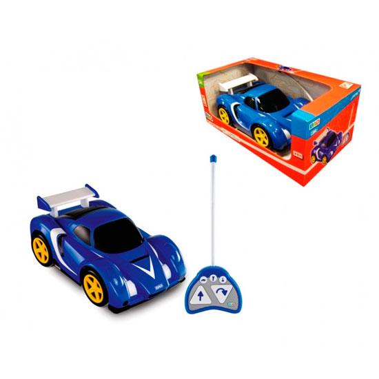 Smoby Машинка на радиоуправленииМашинка на радиоуправленииМашинка на радиоуправлении Smoby с легким управлением, с которым справятся все юные автолюбители. Он станет замечательным подарком для любого мальчика. Ведь машинка с радиоуправлением моментально набирает скорость, справляется с любыми крутыми виражами и светит фарами. Для старта нужно передвинуть рычажки на пульте и на дне машинки в положение «On». Все кнопки управления расположены на пульте управления. На нем же расположены кнопки звуковых эффектов. Кнопка с нарисованным ключом соответствует звуку заводящегося мотора, кнопка с изображением машины передает звук проносящегося автомобиля, кнопка клаксона разгоняет всех своим сигналом. Машинка может ехать назад и вперед с разворотом. Играя с Машинкой на радиоуправлении, ребенок развивает мелкую и крупную моторику, учится концентрации внимания. Машинка способствует развитию тактильных ощущений, зрения, воображения.  Размер (дхгхш): 33 x 21 x 15 см<br>