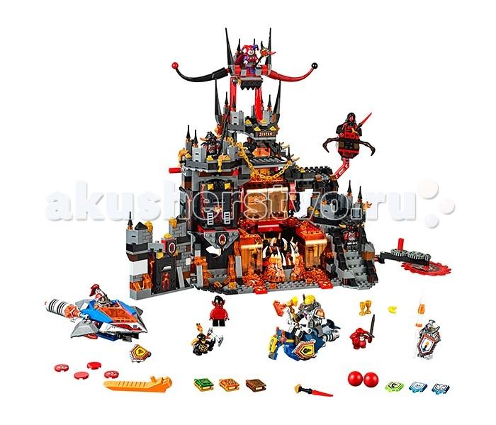 Конструктор Lego Нексо Логово ДжестроНексо Логово ДжестроLego Nexo Knights Нексо Логово Джестро состоит из 1186 деталей, 8 минифигурок, 2 шустрика, Книга Монстров, множество игровых функции, интересных деталей и полезных аксессуаров.  Приключения наших героев близятся к завершению. Коварный шут Джестро со своими приспешниками скрывается в своём логове, расположенном в жерле вулкана. Арьергард армии Найтонии приступает к осаде замка. Первыми подножия его стен достигли: Мэйси, Аксель и Ланс. Кто из них окажется проворнее? Что окажется сильнее: булава, топор или копьё? Всё в Ваших руках. В набор входят два летательных аппарата Нексо рыцарей: ховерцикл-скакун и истребитель Мэйси (вооружён флик-ракетами и мощной пушкой). Господство в воздухе завоёвано!  Логово Джестро представляет собой крепость, состоящую из 2-х строений: одноэтажного слева и четырёхэтажного в центральной части. Начнём с маленькой постройки: она представляет из себя кусок крепостной стены, украшенной подтёками лавы и площадкой для воинов с зубцами сверху. В нижней части спрятана оружейная комната. Стильно и со вкусом, как говорится.  Центральное здание гораздо интереснее, ведь именно здесь размещены интересные объекты и игровые функции. Снимаем шляпу перед дизайнерами Лего, на этот раз они превзошли сами себя. Центральное крыло логова выглядит так, как будто по нему стекает поток лавы. В центре первого этажа расположена клыкастая вращающаяся пасть монстра, куда сбрасывают всех неугодных Джестро. Справа находится лестница, ведущая на вершину замка, слева – башня. На лестнице установлена первая ловушка для штурмующих – огромная дисковая пила, которая вращается. Под лестницей находится камера узников, которой Мэйси может снести одну из стен мощным ударом булавой. Чуть выше лестничной площадки между первым и вторым этажом на специальной подвижной штанге установлено гнездо с дискометом, который может вести огонь по ведущим приступ рыцарям. На следующем этаже нас ждёт развилка между подъёмом к цитадели с трон