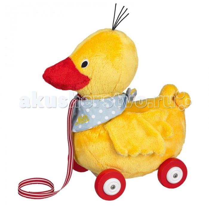 Каталка-игрушка Spiegelburg Утенок Ente Nelli 25508Утенок Ente Nelli 25508Spiegelburg Утенок каталка Ente Nelli.  Утенок каталка Ente Nelli станет отличным подарком малышам. Каталка сделана в виде желтого утенка на деревянном основании с колесиками и удобным поводком, за который дети смогут катать игрушку за собой. Утенок набит мягким материалом и обшит тканью, поэтому он абсолютно безопасен.  Немецкая компания Spiegelburg специализируется на детских товарах уже более 20 лет, это гарантирует высочайшее качество продукции и соответствие европейским стандартам.<br>