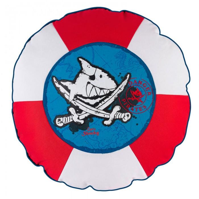 Spiegelburg Подушка Captn SharkyПодушка Captn SharkySpiegelburg Подушка Captn Sharky.  Подушка Capt'n Sharky – идеальный предмет интерьера комнаты настоящего пирата. Для более удобного ухаживания за ней предусмотрена молния, благодаря чему чехол легко снимается.  Сделанная в морском стиле и похожая на спасательный круг она обязательно понравится всем неравнодушным к морю детям. Подушка может служить как отличным декоративным элементом детской комнаты, так и использоваться для сна.<br>