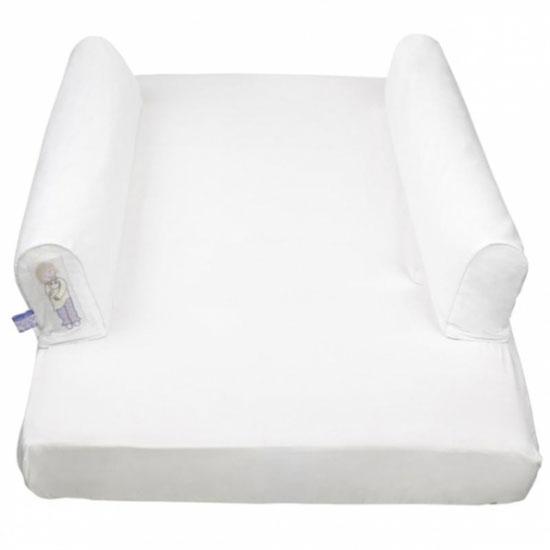Dusky Moon Комплект безопасности для кровати Dream Tubes 70х150Комплект безопасности для кровати Dream Tubes 70х150Комплект безопасности для кровати Dream Tubes оригинальная простыня на резинке с интегрированными чехлами на молнии для защитных валиков и два надувных валика. Оградит Вашего малыша от падений с кровати во время сна.  Такая защита уютна, проста в использовании, портативна. Просто вставьте надувные валики во вшитые чехлы мягкой хлопчатобумажной простыни, обеспечив тем самым безопасный и спокойный сон вашему малышу.   Особенности: Является идеальным решением для путешествий – простынка легкая и компактная, складывается до размера пляжного полотенца  Система обеспечивает уютную и спокойную атмосферу для детей от 18 месяцев до 5 лет Помогает в преодолении сложного процесса перехода от сна в детской кроватке ко сну в одноместной кровати Ограждает оба края кровати  Одеяло не сползет на пол  Легко стирается Надежность и безопасность подтверждается Британским стандартом BS7972, а также Российским Сертификатом Качества и Декларацией о Соответствии   Размер: 70 х 150 см  Состав: хлопок<br>