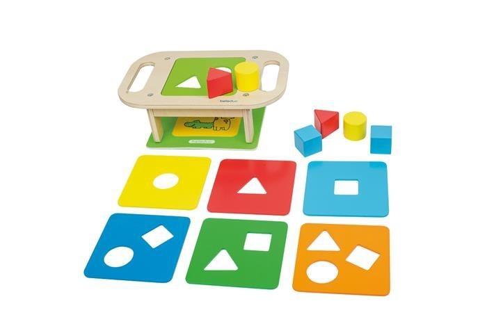 Деревянная игрушка Beleduc Развивающий Столик-СортерРазвивающий Столик-СортерBeleduc Развивающая игрушка Столик-Сортер для малышей.   Особенности: Данная игра поможет ребенку найти для каждой фигурки свое место, а также научит различать основные формы.  На выбор предлагается семь различных деревянных панелей с отверстиями в виде геометрических форм.  Панели имеют от 1 до 3-х отверстий.  Чем больше отверстий на панели, тем сложнее уровень.  В игре 3 уровня сложности: легкий, средний и продвинутый.  Игра развивает мелкую моторику и зрительно-моторную координацию, а также помогает ребенку изучить формы и цвета.  Развивающая игрушка включает 15 деталей: 1 столик, 7 разноцветных панелей, 6 деревянных блоков, 1 подставка.<br>