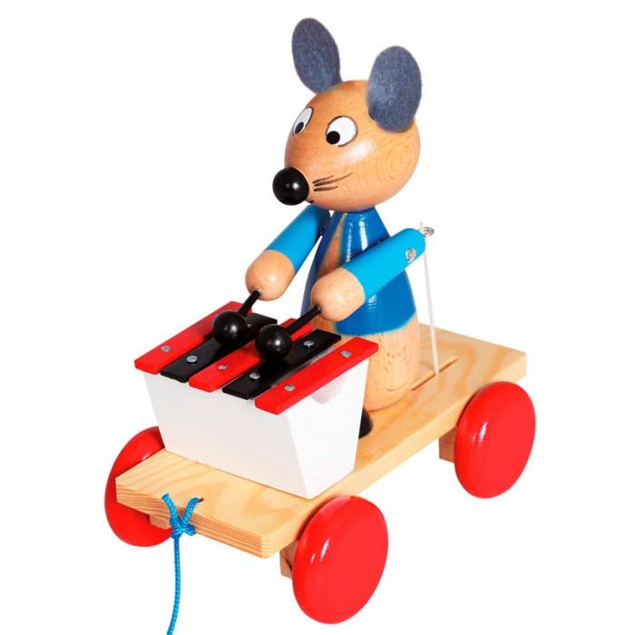 Каталка-игрушка Mertens Каталка Мышка с ксилофономКаталка Мышка с ксилофономBino Каталка Мышка с ксилофоном.  Вашему маленькому меломану, несомненно, придется по душе веселая каталка с ксилофоном с забавным зверьком на ней - серой глазастой мышкой. Именно она порадует вашу кроху звонкими нотками, вылетающими из-под ее ударных палочек и деревянных пластин музыкального инструмента.   С такой каталочкой можно гулять как по дому, так и на улице, радуя окружающих веселой музыкой и своим задорным смехом. Вся хитрость игрушки в том, что мышка будет играть только тогда, когда каталка будет находиться в движении.  А значит, если кроха хочет услышать забавные звуки, значит, нужно активно двигаться вперед в длинной веревочкой в руках. Такая игра будет способствовать активному физическому развитию малыша, его мелкой моторики и координации движений. Вдобавок, будет развиваться музыкальный слух вашего чада, и формироваться такие черты его характера, как настойчивость, выносливость и целеустремленность.<br>