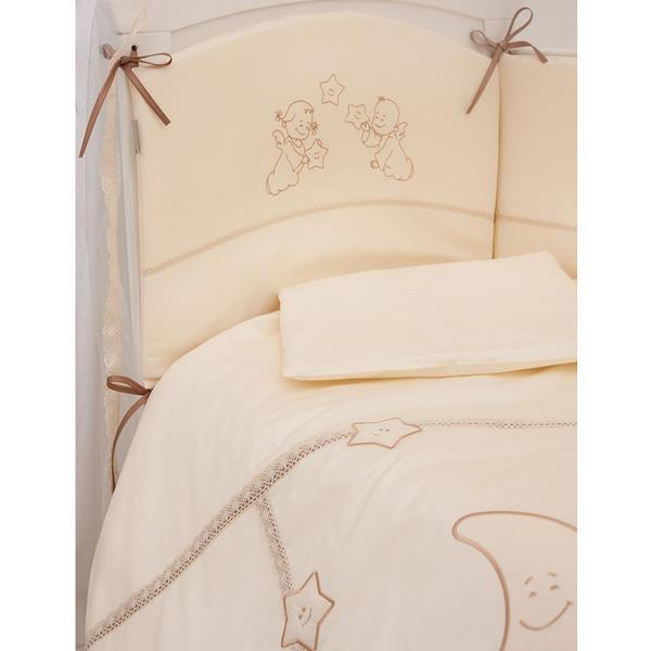 Комплект в кроватку Makkaroni Kids Волшебная сказка 140х70 (6 предметов)Волшебная сказка 140х70 (6 предметов)Комплект постельного белья Волшебная сказка от Makkaroni Kids. Классический, сдержанный дизайн и продуманная функциональность позволили комплекту Волшебная сказка завоевать сердца многих родителей!  Для производства комплекта используется только высококачественный материал - натуральный сатин (100 % хлопок), шитье ручной работы, гипоаллергенные, дышащие наполнители.  Особенности: Классический, сдержанный дизайн и продуманная функциональность позволили комплекту «Волшебная сказка» завоевать сердца многих родителей! Борт по всему периметру кроватки, со съемными чехлами, состоит из двух частей, высота по периметру - 40 см, изголовье – 45 см. Наполнитель борта – холлофайбер, он совершенно не боится влаги, что говорит о его лучших гигиенических качествах. И - самое главное – в постельных принадлежностях из холлофайбера не заводятся клещи и прочая нежелательная живность.  Бортик от Makkaroni Kids прекрасно защитит вашего малыша от сквозняков пока он маленький, а когда ребенок подрастет и начнет самостоятельно вставать, предотвратит от возможных ушибов.  Большим преимуществом борта является съемные чехлы. Вы сможете его постирать и при этом не деформировать.  Верхняя ткань одеяла и подушки – 100% хлопок, наполнитель – бамбуковое волокно - обладает натуральными антимикробными свойствами, не вызывает никаких раздражений на коже человека, идеально подходит детям. Волокно из бамбука создаёт комфорт и обеспечивает здоровым и спокойным сном, регулирует температуру Вашего тела, обладает влагопоглощением, замечательной вентилирующей способностью. Размер одеяла позволяет продлить его использование до 5 лет.  Высота подушки, входящей в комплект - 2 см – оптимальная для головы новорожденного согласно современным исследованиям. Все постельные принадлежности в комплекте изготовлены из натурального САТИНА. Вы по достоинству оцените высокую износостойкость, надежность и долговечно