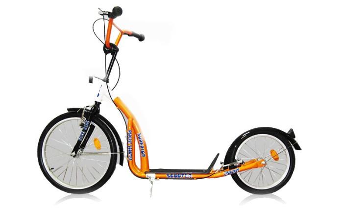 Двухколесный самокат Moove&amp;Fun Big Wheels 20/16Big Wheels 20/16Яркий и легкий самокат Big Wheels 20/16 выполнен из нержавеющей стали. Самокат с пневматическими (надувными) колесами обеспечивает комфортное передвижение по любой поверхности. У самоката большой велосипедный руль, алюминиевые обода, подножка, передние тормоза V-brake.  Особенности: Колёса: 20/16x1.75 дюймов Максимальная нагрузка: 100 кг Вес самоката: 8.2 кг Размер самоката: 107 x 55.5 x 15.5 см Материал: сталь Камеры из натуральной резины Алюминиевые обода Ручной тормоз V-brake Подножка Стойкая порошковая краска<br>