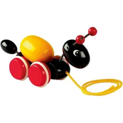 Каталка-игрушка Brio Муравей на веревочкеМуравей на веревочкеОчаровательная каталка в виде муравья особенно понравиться малышам, которые только начали самостоятельно ходить. Каталка имеет большие деревянные колеса, которые позволяют катать ее по любой гладкой поверхности, так что ребенок повсюду сможет брать игрушку с собой.   Каталка Муравей от Brio сочетает в себе привлекательные черты традиционной игрушки-каталки и безопасность и экологичность натуральной древесины, из которой игрушка изготовлена.  Размеры: 21 х 7,4 х 13 см Материал: дерево<br>