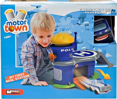 Mondo Motors Полицейский участок с машинкой АвтогородокПолицейский участок с машинкой АвтогородокПолицейский участок с машинкой Автогородок Mondo Motors просто необходим вашему ребенку с полутора лет, ведь данная развлекательная игрушка в своем предназначении несет развивающую смысловую нагрузку:  Развивает мелкую моторику Логическое мышление Пространственное мышление Воображение Малыш сможет изучить некоторые цвета Изучение геометрических форм.  В комплекте:  Полицейский участок с гаражом и специальным пандусом Вертолётная площадка Смотровая башня Одна машинка.  Машина помещается в гараже с закрывающимися воротами. На башне имеется рычажок, при нажатии которого машинка вылетает из гаража. Игрушка очень яркая и имеет позитивный посыл - помогать мирным жителям и остановить преступников. Изготовлена из высококачественного мягкого пластика и абсолютно безвредна для малышей.  Материал: Высококачественная пластмасса<br>