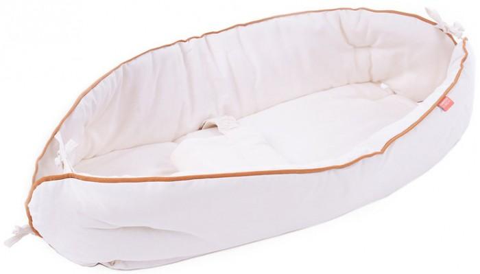 HoneyMammy Кокон для новорожденного для совместного сна NaturalКокон для новорожденного для совместного сна NaturalHoneyMammy Кокон для новорожденного для совместного сна Natural который идеально подойдет малышам в возрасте до 5-ти месяцев.  Особенности: Данная модель кокона прекрасно выполняет функцию адаптации малыша к внешнему миру - создавая имитацию внутриутробной среды.  Благодаря использованию кокона HoneyMammy ваш малыш будет чувствовать себя защищенным, не будет испытывать стресс и тревогу.  Кокон создаст максимально комфортные условия для сна.  Матрас-кокон выполнен из 100% хлопка превосходного качества, который не подвергался воздействию красителей, благодаря чему имеет приятный естественный цвет.  Воздействие этой ткани на малыша абсолютно безопасно - она не вызывает раздражения и аллергических реакций.  В этом коконе ваш малыш будет чувствовать себя окруженным теплом и заботой. Важной особенностью кокона-гнездышка является съемный фиксатор, который дает возможность зафиксировать положение малыша, не мешая движениям и развитию.  Матрас-кокон для новорожденных поможет придать телу ребенка физиологически правильное положение, приближенное к внутриутробному. Ребенок не будет испытывать страха открытого пространства. Рассчитан для новорожденных в возрасте до 6 месяцев. Свободные движения: ребенок спокойно может дотрагиваться до лица и рта, как и при внутриутробных условиях.  Многофункциональный - идеально подходит для использования:  в роддоме, в кроватке, при совместном сне, на прогулке в коляске-люльке, вы можете легко переместить малыша вместе с коконом на любую ровную поверхность (кровать, пеленальный столик). Используется в роддомах Италии, Щвейцарии - многочисленные положительные отзывы от медиков, которые отмечают позитивное влияние использования кокона HoneyMammy в первые месяцы жизни малыша. Размеры кокона позволяют зафиксировать ребёнка , но не ограничивать его движений, обеспечивая полноценное развитие и хорошее настроение. Предусмотрена безопасна
