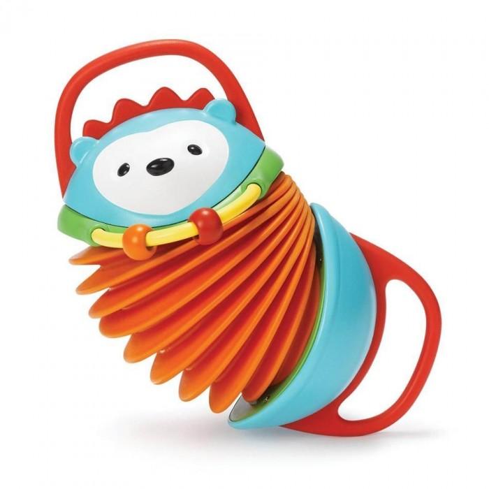 Развивающая игрушка Skip-Hop Гармошка Hedgehog Accordion ЕжикГармошка Hedgehog Accordion ЕжикИгрушка-гармошка от Skip Hop надолго увлечет малыша, ведь с ней можно придумать столько интересных игр!   Прежде всего, это гармошка: растягивайте меха и наслаждайтесь веселыми звуками гармошки. Ручки гармошки удобны для захвата, и, кроме того, они прорезинены — на случай, если малыш захочет их погрызть или пожевать: это настоящие прорезыватели! На специальной дуге малыш найдет бусинки, которые можно перебирать, развивая моторику.  Ручки для удобного захвата Прорезиненные детали для прорезывания зубов Скользящие бусины для развития мелкой моторики Негромкие приятные звуки гармошки Яркие цвета Игрушка выполнена из качественных и безопасных материалов — маркировка BPA-free, Phthalate-free, PVC-free Для малышей от 6 месяцев Размер 20 см х 11 см х 9 см<br>