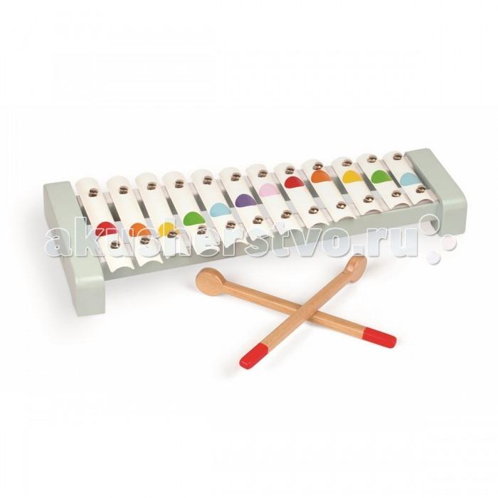 Музыкальная игрушка Janod Металлофон 12 нотМеталлофон 12 нотИгрушечный детский металлофон - 12 нот. Легко играть детям от 1,5 лет, приятное нежное звучание. Деревянные палочки убираются внутрь игрушки.  Всем известно, что музыка благотворно влияет на психику детей, вырабатывает у них чувство гармонии, вызывает новые эмоции.   Металлофон  имеет 15 металлических пластин. При ударе деревянным молоточком по пластинам металлофон издает приятный звонкий звук.  Он имеет оригинальный дизайн и веселую расцветку: на белом фоне расположены яркие разноцветные кружочки в виде конфетти. Деревянные палочки убираются внутрь игрушки. Длина игрушки 38,5 см.  Металлофон издает приятные звуки и не станет головной болью для родителей, пока ребенок учится играть, кроме того инструмент прост в освоении как ребенком так и мамой.   Металлофон изготовлен из безопасных для ребенка материалов.<br>