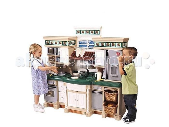 Step 2 Кухня ЛюксКухня ЛюксКухня оснащена микроволновой печью, духовкой, посудомоечной машиной, плитой, телефоном и светильниками. Духовка из «нержавеющей стали», посудомоечная машина, микроволновая печь и холодильник вносят оживление в детские игры и составляют важную часть игровых аксессуаров.   Многочисленные выдвижные ящики и шкафчики с различной кухонной утварью в точности повторяют настоящие предметы кухонного убранства. Высокий кухонный стол, выполненный «под гранит». Специальные ящики с отделениями для серебряных приборов, корзина с вынимающимися фруктами и овощами.  Декоративный держатель для тарелок. Раковина и краны. Предохранительная пластина для дверей, окна с рамами и деревянные панели, подчеркивающие стены, обклеенные обоями.   Набор кухонных аксессуаров, состоящий из 38 предметов, включает «Столовую маленького помощника», «Набор кастрюль и сковородок», 2 корзины, специальные сковорода и кастрюля с электрическими крышками, регулирующими температурные процессы жарки и варки, а также набор продуктов питания, состоящий из 10 предметов.   Необходимы 14 батарей питания АА (не включены в кухонный гарнитур).  При сборке требуется минимальное участие взрослых.   Габариты (см): высота 123 см х длина 25 х ширина 47см<br>