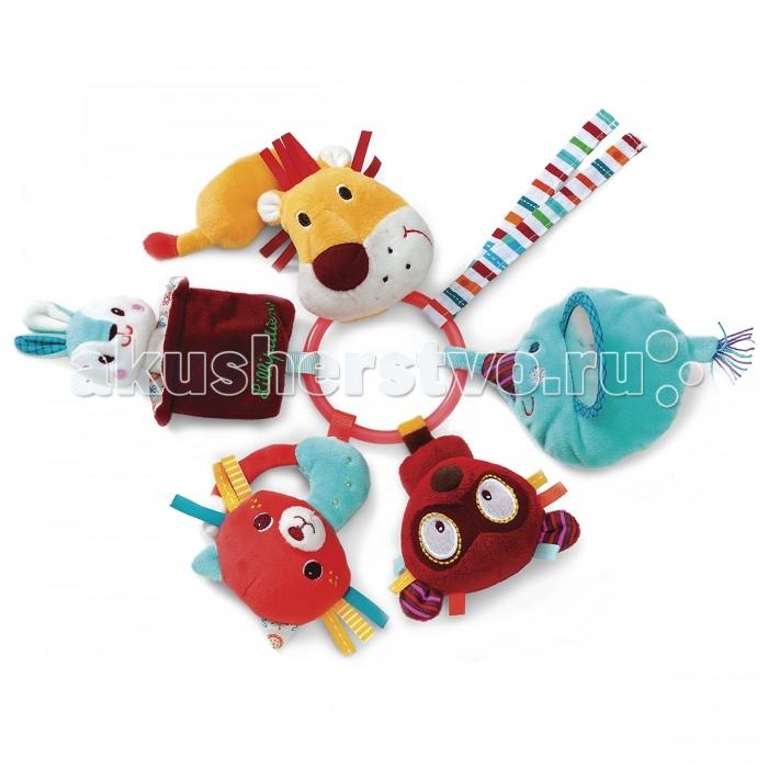 Погремушка Lilliputiens Цирк Шапито кольцо с мягкими игрушкамиЦирк Шапито кольцо с мягкими игрушкамиЦирк Шапито кольцо-погремушка с мягкими игрушками  Альберт, Колетт, Джордж, львенок и зайчик, спрятавшийся в шляпе фокусника, встали в хоровод на небольшом обруче.   Скорее хватай погремушку: эти озорники что-то подготовили для тебя. Не бойся льва! Подойди к нему, нажми на нос, и он ответит мигающей улыбкой.<br>