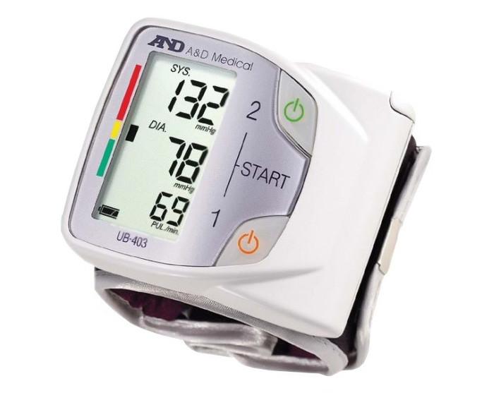 A&amp;D Тонометр на запястье UB-403Тонометр на запястье UB-403A&D Тонометр на запястье UB-403 автоматический.  Особенности: Тонометр предназначен для измерения и контроля артериального кровяного давления и пульса в плечевой артерии у взрослых.  При помощи автоматического прибора для измерения давления крови вы сможете быстро и без посторонней помощи в бытовых условиях провести измерение давления и пульса и сохранить данные, а так же вывести ранее сохраненные данные и средние значения.  Размер манжеты от 13,5 до 21,5 см Миниатюрный и легкий Индикатор аритмии Шкала ВОЗ Память на 30 измерений Гарантия 10 лет Удобный текстильный чехол Большой трехстрочный дисплей с подсветкой Пластиковый кейс<br>
