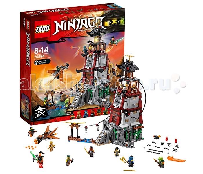 Конструктор Lego Ninjago 70594 Лего Ниндзяго Осада маякаNinjago 70594 Лего Ниндзяго Осада маякаLego Ninjago 70594 Лего Ниндзяго Осада маяка 767 деталей  Джей и Ния закрепились на маяке Доктора Джульена и должны отбить атаку Воздушных Пиратов, снова победив Надакхана. Для этого им придется использовать все свои навыки ниндзя! Для атаки пираты используют самолет, оснащенный скорострельным пулеметом.  Маяк - большое здание, которое собирается из серых, коричневых, черных и красных деталей. Одна из главных особенностей маяка - светящаяся деталька в верхней его части. Если нажать на крышу, фонарь маяка будет светиться, совсем как настоящий! Здание раскрывается для удобства игры.  Во время атаки пиратам будет не так-то просто прорваться внутрь здания, ведь маяк оснащен множество ловушек. Одна из ловушек находится на лестнице - отодвиньте штырек с лианой (слева) и часть ступенек провалится, а противник попадет в ловушку. На втором этаже, за закрытой дверью, расположено пружинной орудие. Еще выше есть специальная комната, с люком, замаскированным под часть стены. Если его открыть, опрокинется тележка с боеприпасами и на врагов свалятся бомбы.  Маяк трехэтажный, со множеством комнат. На первом этаже расположена лаборатория и тюремная камера. На втором этаже - комната с пружинной пушкой и ремонтная мастерская. На третьем - кабинет (обратите внимание на стол - если его перевернуть, будет видно спрятанное под ним оружие) и комната с ловушкой. Еще выше находится комната с лампой джинна, из которой виден огонь. Пролет над лампой украшен золотыми клинками.  В этом наборе множество мелких деталей и аксессуаров, антураж комнат и пространство перед маяком продуманы и детализированы. Еще один плюс - большое количество минифигурок, многие из которых редкие или уникальные. Сам маяк выглядит очень здорово и внушительно.  Основные функции и состав набора: 8 мини-фигурок: Ния и Джей в пиратском обмундировании, Эхо Зейн, Батл Кланс, Надакан, Боевой Флинтлок, Скиффи и робот Тай-Ди. В комплек