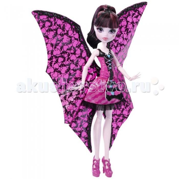 Монстер Хай (Monster High) Mattel Кукла Дракулаура Летучая мышьMattel Кукла Дракулаура Летучая мышьКукла Monster High Дракулаура: Летучая мышь от Mattel представляет собой шарнирную игрушку, которая полностью передает внешний облик ее экранной героини. Каждый ребенок знаком с данным мультсериалом и его персонажем девочкой по имени Дракулаура. Эта девочка-вампир - одна из главных в Школе Монстров, ведь ее отчим - сам граф Дракула.   Дракулауре 1599 лет. Это совсем юный возраст для девочки - так говорят в Школе. Она обожает розовый и все его оттенки, а также цвета, приближенные к нему. Она яркая брюнетка с большими глазами, у которых фиолетовый оттенок, и этим Дракулаура очень гордится. Она обожает своих друзей и личную летучую мышь Фабулоса. Иногда она и сама преображается в образ летучей мыши при помощи наряда, и при этом она прекрасна. Несмотря на наставления своего приемного папочки, девочка-вампир не пьет кровь и всегда отказывается это делать. Она ненавидит ее также, как кипяченное молоко с пенкой или вареный лук.  Данная игрушка приведет в восторг юную поклонницу данной серии. Благодаря тому, что кукла шарнирная, можно придавать ей абсолютно любые позы и положения, у нее подвижны даже запястья.<br>