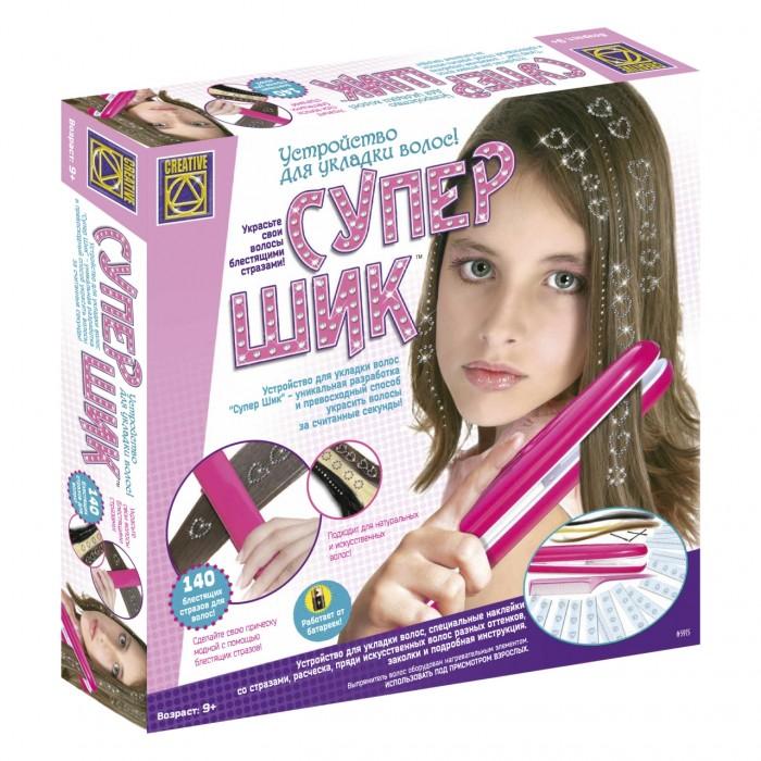 Creative Прибор для укладки волос Супер ШикПрибор для укладки волос Супер ШикСупер Шик идеальное средство для самовыражения, ведь стильная прическа является отличным способом подчеркнуть свою индивидуальность.  Прибор для укладки волос может выпрямлять и закручивать волосы, а также украшать пряди рисунками из страз.  Уникальное устройство внешне похоже на всем известный утюжок, используемый для выпрямления волос, имеет большие щипцы с пластинами, которые нагреваются при включении.  В отличие от взрослых выпрямителей этот прибор нагревается всего до 110°С и не причиняет вреда нежным детским волосам.  Удобное, компактное и безопасное устройство работает от пальчиковых батареек и подходит для всех типов волос.<br>