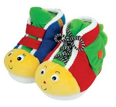 Развивающая игрушка KS Kids Ботинки обучающиеБотинки обучающиеНесмотря на то, что ботинки K`s Kids – это предмет одежды, ваш ребенок воспримет их как особую игрушку.   Такая вещица открывает перед ним удивительный мир разных предметов одежды, которые нужно уметь застегивать по-разному, и уже совсем скоро малыш покажет себя настоящим мастером, умея застегивать:  • липучки, • кнопки, • молнии, • застежки, • шнуровки.  Для того чтобы научить ребенка правильно использовать ту или иную застежку, достаточно просто развернуть ботиночек в нужном направлении.  Полезные радости  Обучающие ботинки K`s Kids хороши еще и тем, что они позволяют малышу развивать множество полезных навыков:  • разнообразные застежки помогут развить мелкую моторику рук, • мягкие ткани подарят приятные тактильные ощущения и разовьют осязание, • яркие цвета помогут малышу развивать зрение и концентрировать внимание на разных деталях.  Компания выпускает серии игрушек, специально разработанных для грудных детей и детей ясельного возраста. При производстве своих замечательных обучающих игрушек компания использует только самые безопасные материалы. Фабрика была открыта в 1997 году, и продукция компании была так хорошо принята покупателями (родителями и детьми), что менее чем через 5 лет она стала экспортироваться в более чем 50 стран мира. Миллионы детей в настоящее время обожают игрушки. Оригинальность продукции является результатом работы целой команды специалистов, включающей психологов, экспертов по развитию ребенка, а так же родителей.  Также обучающие ботиночки отлично тренируют детскую память: достаточно показать малышу, как использовать ту или иную застежку, и дать ему возможность показать свои знания на практике, и он очень быстро научится выполнять все движения правильно!  Размер: Одного ботинка 11.5 x 13 x 18 см<br>