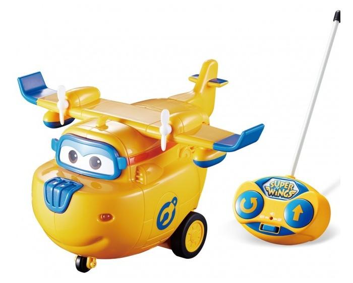 Super Wings Самолет Донни на радиоуправленииСамолет Донни на радиоуправленииСамолет Донни на радиоуправлении  Хотя этот самолетик не умеет летать, но это не помешает детям придумать для него захватывающие приключения и на полу. Ведь кроха сам управляет действиями игрушки с помощью яркого пульта, и только от него зависит направление движения смелого самолетика. Световые и звуковые эффекты самолета добавят развлечению правдоподобности и поднимут настроение крохе.  Особенности:  Яркая игрушка выполнена в виде персонажа известного детского мультфильма «Супер Крылья». Герой может реалистично ездить по поверхности на своих маленьких колесиках, если ребёнок направит его в нужном направлении с помощью пульта из комплекта. На поверхности пульта радиоуправления предусмотрены яркие кнопочки для поворота и разворота игрушки. На корпусе игрушки есть световые индикаторы, которые в процессе игры реалистично светятся, а движение самолета сопровождают забавные звуковые эффекты. Пульт имеет миниатюрный размер, поэтому удобен в использовании и прекрасно подойдет для детских ладошек. Самолетик настолько похож на свой прототип, что дети не смогут удержаться и разыграют с его участием самые запоминающиеся моменты мультика. Благодаря увлекательным сюжетным играм с игрушкой дети значительно улучшат мелкую моторику рук и фантазию. А яркие насыщенные цвета самолетика благоприятно скажутся на цветовосприятии ребенка. Игрушка выполнена из ударопрочного пластика высокого качества, а окрашена стойкими и нетоксичными красителями, которые долгое время остаются на поверхности изделия.<br>