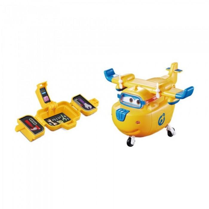 Super Wings Самолет Донни с чемоданчикомСамолет Донни с чемоданчикомСамолет Донни с чемоданчиком  Благодаря этому самолетику ребенок сможет не только разыграть любимые моменты из популярного мультфильма «Супер Крылья», но и представить себя в роли механика. Ведь в комплекте есть чемоданчик, который дополнен инструментами для увлекательной сюжетной игры.  Особенности:  Этот яркий самолет напоминает героя популярного детского мультфильма «Супер Крылья» по имени Донни. В комплекте дети обнаружат еще и чемоданчик с имитациями инструментов, благодаря которым кроха сможет починить летательный аппарат. Игрушка за несколько мгновений трансформируется из самолета в робота и становится главным героем для интересных сюжетных игр. Донни также умеет воспроизводить забавные фразы из мультика, поднимающие ребенку настроение. Во время игры с самолётом на корпусе игрушки загораются огоньки. Изделие окрашено в яркие цвета нетоксичными красителями, а изготовлено из прочного пластика высокого качества.<br>