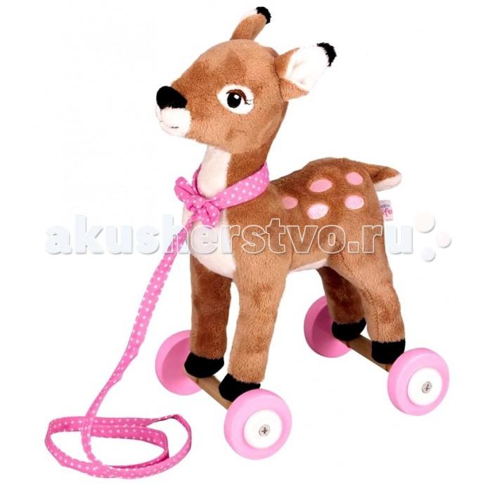 Каталка-игрушка Spiegelburg Оленёнок Rike 25335Оленёнок Rike 25335Spiegelburg Игрушка-каталка Оленёнок Rike 25335 очаровательный плюшевый оленёнок по имени Рике из сказочного королевства принцессы Лиллифеи.   Оленёнок стоит на деревянных колесах, а на его шею повязана розовая ленточка, с помощью которой малыш сможет возить игрушку за собой.   Игрушка изготовлена из качественных материалов и приятна на ощупь.   Этот замечательный оленёнок с розовыми пятнышками станет отличным подарком для малыша и прекрасным украшением интерьера любой детской комнаты<br>