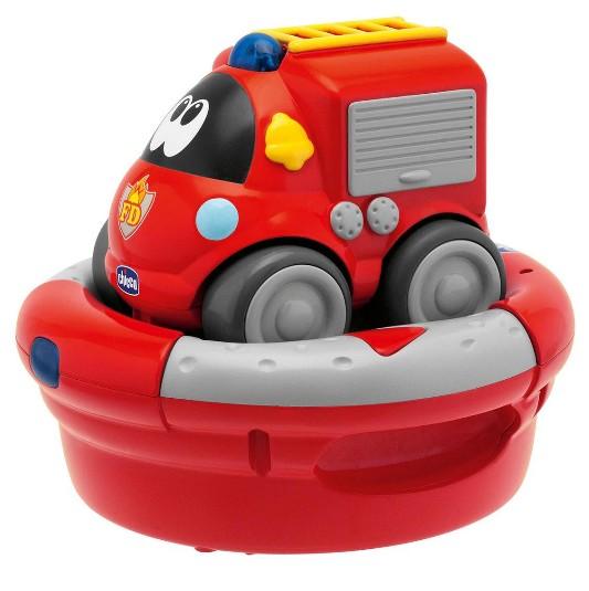 Chicco Пожарная машинаПожарная машинаПожарная машина Chicco с зарядным устройством и р/у Спасательные машины, которые очень нравятся маленьким детям, теперь становятся их новыми друзьями для игры с использыванием радиоуправления. Пожарная машина позволяют детям придумывать новые приключения каждый день!  Машинка идет со встроенным аккумулятором и зарядным устройством, с легким для захвата руками рулем, на котором есть две кнопки, одна – чтобы двигаться вперед и другая – чтобы повернуть автомобиль и изменить направление.  Машина ездит на встроенной NiMH аккумуляторной батарее, а инфракрасный руль управляется щелочными батарейками 4х1,5 В АА (не прилагаются).<br>