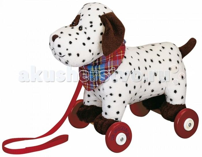 Каталка-игрушка Spiegelburg Собачка Piet 4687Собачка Piet 4687Spiegelburg Игрушка-каталка собачка Piet 4687 это отличная игрушка для малышей, которые только научились ходить.   Она выполнена в виде очаровательного далматинца по имени Пит с деревянными колесиками и шнурком, за который ребенок сможет тянуть изделие за собой. На шее щенка имеется симпатичный красный воротничок в клеточку.  Все детали изделия высокого качества и изготовлены из безопасных для здоровья материалов. Игрушка прочно крепится к колесикам, она будет радовать малыша долгое время. Ребенок непременно полюбит эту чудесную каталку, ведь она так похожа на настоящую собаку.<br>