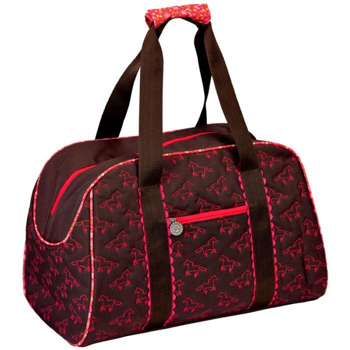 Spiegelburg Спортивная сумка Pferdefreunde 11448Спортивная сумка Pferdefreunde 11448Спортивная сумка Pferdefreunde выглядит очень стильно, она окрашена в коричневый цвет и украшена розовыми лошадками. На передней части сумки есть карман, в который можно сложить документы, деньги и другую мелочь. Основной отсек закрывается на молнию. Сверху есть две удобные ручки.  Сумка очень вместительная, поэтому в нее можно сложить обувь и одежду, бутылку с водой и другие вещи. Теперь ваша девочка готова заниматься спортом.  Особенности:   Размер: 45 x 30 x 23 см<br>