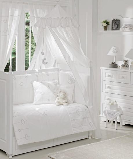 Комплект в кроватку Funnababy Luna Chic 120х60 (5 предметов)Luna Chic 120х60 (5 предметов)Комплект для кроватки Funnababy Luna Chic - высококачественное белье, которое изготавливается из 100% хлопка с наполнителем: силикон.   Белье имеет красивый дизайн, оно украсит кроватку и подарит малышу уютный и здоровый сон.   В комплекте:  Пододеяльник - 100х130 см.  Одеяло - 100х130 см.  Бампер из 4 частей - 120(2)х60(2)  Простынка на резинке  Наволочка - 40х60 см    Особенности:   комплект постельного белья в детскую кроватку из натурального хлопка  постельное белье подойдёт для детской кроватки размером 120х60 см  в дизайне используется авторская вышивка и декоративное шитьё  спокойные и приятные цвета ткани с забавными рисунками не будут раздражать и утомлять глазки вашего ребёнка  нежные и мягкие материалы не будут раздражать нежную кожу ребёнка и не доставят ему неудобства  постельный комплект изготовлен из натуральных и гипоаллергенных тканей, которые создают комфортные условия для спокойного сна Вашего ребёнка  для наполнения защитного бампера, одеяла и подушки используется только экологически чистый наполнитель  данный комплект имеет 4-х сторонний защитный бампер, который защищает Вашего малыша по всему периметру кроватки  простынь с резинкой, которая помогает надежно закрепить ее на матрасе  белье легко стирается в режиме деликатной стирки при температуре 30&#186;С  комплект постельного белья сертифицирован и абсолютно безопасен для новорождённого малыша<br>