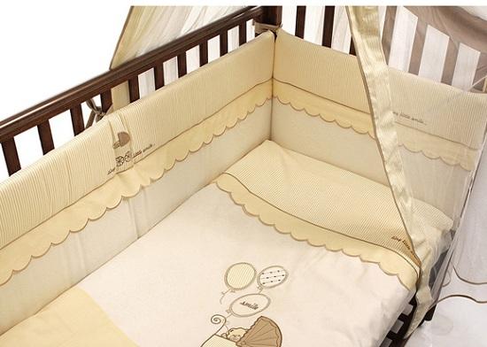 Комплект в кроватку Funnababy Smile 125х65 (5 предметов)Smile 125х65 (5 предметов)Комплект для кроватки Funnababy Smile - высококачественное белье, которое изготавливается из 100% хлопка с наполнителем: силикон.   Белье имеет красивый дизайн, оно украсит кроватку и подарит малышу уютный и здоровый сон.   В комплекте:  Пододеяльник - 100х130 см.  Одеяло - 100х130 см.  Бампер из 4 частей - 125х65 см.  Простынка на резинке  Наволочка - 40х60 см    Особенности:   комплект постельного белья в детскую кроватку из натурального хлопка  постельное белье подойдёт для детской кроватки размером 120х60 см  в дизайне используется авторская вышивка и декоративное шитьё  спокойные и приятные цвета ткани с забавными рисунками не будут раздражать и утомлять глазки вашего ребёнка  нежные и мягкие материалы не будут раздражать нежную кожу ребёнка и не доставят ему неудобства  постельный комплект изготовлен из натуральных и гипоаллергенных тканей, которые создают комфортные условия для спокойного сна Вашего ребёнка  для наполнения защитного бампера, одеяла и подушки используется только экологически чистый наполнитель  данный комплект имеет 4-х сторонний защитный бампер, который защищает Вашего малыша по всему периметру кроватки  простынь с резинкой, которая помогает надежно закрепить ее на матрасе  белье легко стирается в режиме деликатной стирки при температуре 30&#186;С  комплект постельного белья сертифицирован и абсолютно безопасен для новорождённого малыша<br>