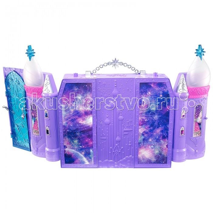 Barbie Mattel Космический замок БарбиMattel Космический замок БарбиИгровой набор Космический замок Барби от Mattel будет прекрасным подарком для юной обладательницы одной или нескольких кукол Барби.   Домик имеет очень интересный и необычный дизайн, очень компактный, но при этом в нем хватит места для нескольких кукол. Он складывается и раскладывается по принципу буклета.   В космическом замке есть все, чтобы Барби могла комфортно жить: кроватка, стульчик, небольшой душ, ховерборды и даже маленький питомец.   В таком домике кукле всегда будет весело, а если у нее есть или появится подружка, то игра приобретает совсем другие краски.<br>