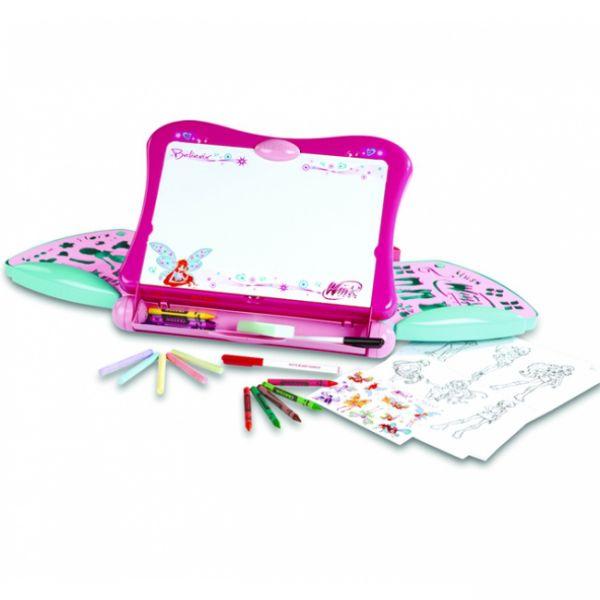 Smoby Доска для рисования WinxДоска для рисования WinxSmoby Доска для рисования Winx для маленькой художницы и поклонницы волшебниц ВИНКС. В розовом пластиковом чемоданчике можно найти все необходимое для увлекательной игры, удобно складывается, имеет специальную ручку для переноски, просто идеален для поездок и путешествий!   Особенности: набор выполнен в нежных цветах – розовый, малиновый, голубой в чемоданчике не только хранятся аксессуары для творчества, но он сам превращается в мини-мольберт – рабочая доска устанавливается в крышку, подпирается стоечкой доска двусторонняя – с белой и черной грифельной поверхностью в чемодане 2 раздвижные полочки, снизу открывающееся отделение для используемых аксессуаров во время игры  В комплекте: 10 картинок для раскрашивания (размер 21х15 см) 2 трафарета с различными узорами и деталями одежды 2 фломастера поролоновая губка 6 цветных мелков 12 цветных восковых мелков наклейки<br>