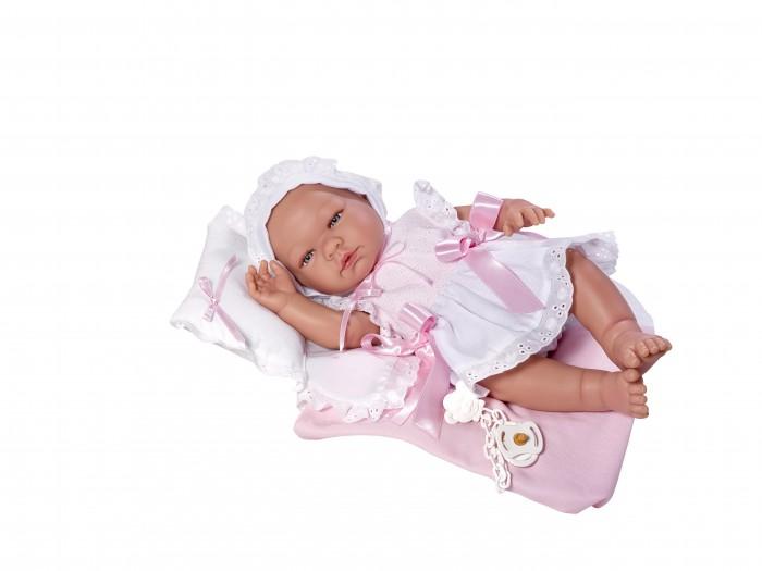 ASI Кукла Мария 45 см 363490Кукла Мария 45 см 363490ASI Кукла Мария 45 см 363490 полностью выполнена из высококачественного винила, безопасного для детей.   Пупс очень легкий, а текстура винила очень приятная на ощупь.У Марии милое детское личико: блестящие голубые глазки с пушистыми ресничками, кругленькие щечки, курносый носик, нежно-розовый приоткрытый ротик. Ручки и ножки также детально проработаны: прелестные детские складочки, ямочки на коленках, пухленькие пальчики, крошечные ноготки. Пупс имеет половые различия.   Малышку можно купать, кормить из бутылочку, давать соску и переодевать в одежду для новорожденных.Кукла-реборн без волос, в нежно-розовом костюмчике и шапочке, в комплекте пустышка, одеяльце и подушка,в красивой подарочной коробке.<br>