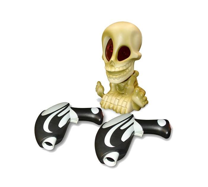 Интерактивная игрушка Johnny the Skull Тир проекционный с 2-мя бластерамиТир проекционный с 2-мя бластерамиJohnny the Skull Игрушка Тир проекционный Джонни-Черепок с 2-мя бластерами.  Проектор Джонни-Черепок в комплекте с двумя бластерами! Активируйте проектор с помощью бластера, и скелет начнет вращать головой, проецируя на стены изображения призраков и издавая загробные звуки .   Работает на батарейках: 3 ААА для бластера и 4 АА для проектора, в комплект не входят. Играть в темном помещении! Бластеры автоматически считают пойманных призраков, необходимо перезаряжать во время игры. Максимальная дистаниция до цели - не более 2,5 м.<br>