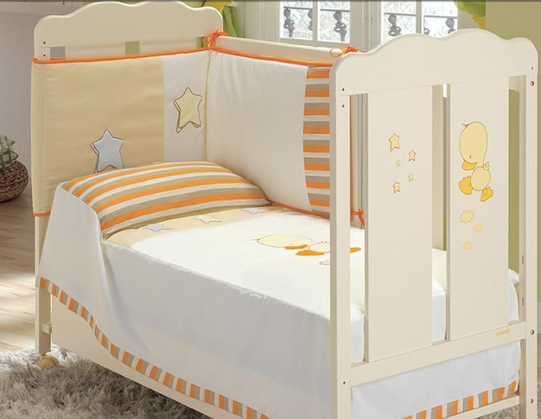 Комплект в кроватку Micuna Бортик и покрывало DidoБортик и покрывало DidoБортик и покрывало Micuna Dido  Натуральный хлопок самой тонкой выделки, мягкий и гипоаллергенный, не раздражающий самую чувствительную детскую кожу – текстильная коллекция Micuna создана специально для малышей. Нежные и приятные на ощупь ткани окутают ребёнка заботой и будут охранять его покой в минуты чуткого сна. Текстильные комплекты и аксессуары выполнены из 100% хлопка, в качестве наполнителя для мягких бортов используется холлофайбер. Это полиэстеровое волокно, скрученное в пружинки, более практично и обладает большей теплоизоляцией, нежели полиэстер. Весь текстиль Micuna хорошо стирается и быстро сохнет, что особенно важно в первые месяцы жизни малыша.   Особенности: 50% хлопок, 50% полиэстер;  наполнитель – холлофайбер;  гипоаллергенные материалы и краски;  мягкие бортики.   Размер бампера (ДхВ): 180х40 см<br>